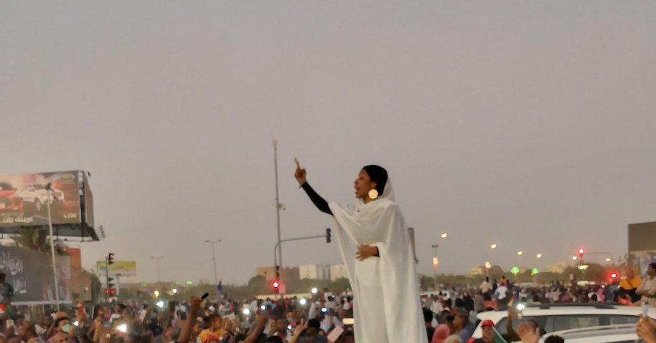 Les gens ne peuvent pas arrêter de parler de cette photo emblématique des manifestations au Soudan