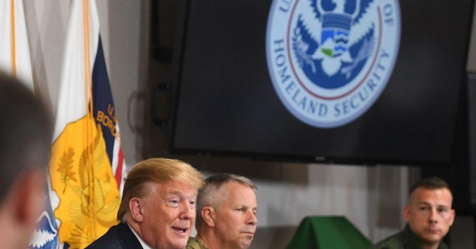 Trump a heurté son directeur ICE d'une visite à la frontière. Au lieu de cela, il a comparu avec un officiel de l'ICE qui a dirigé les efforts pour scinder l'Agence.